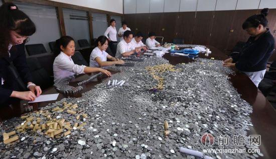 女子获赔10万硬币 整整装了8大麻袋