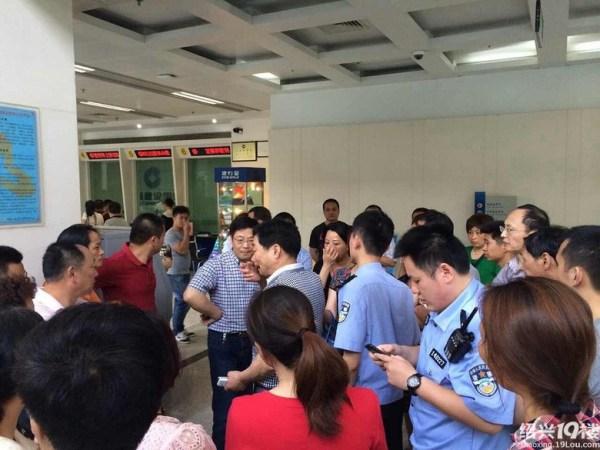 """昨日,20余名群众来到建行绍兴城西支行指控该行原行长陈惠君借钱不还。据他们透露,在当地有""""美女行长""""之称的陈惠君已因涉嫌诈骗犯罪被抓。"""