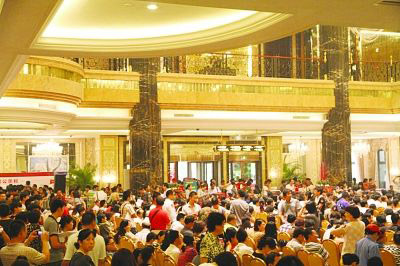 中国楼市大反弹在即?多地再现千人抢房潮