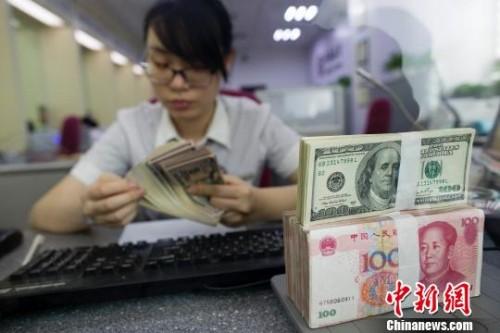 资料图。山西太原,银行工作人员正在清点货币。 张云 摄