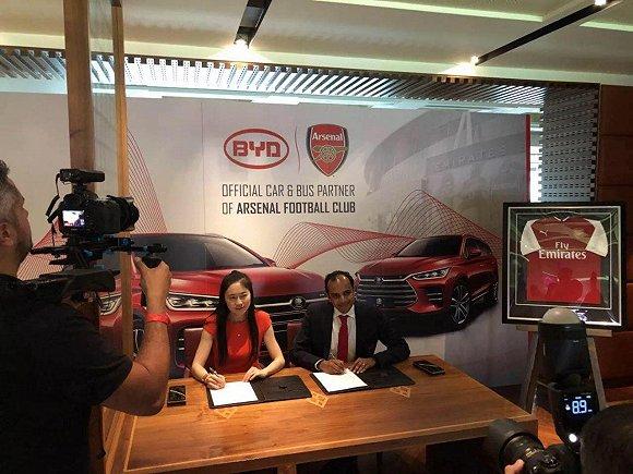 比亚迪总部品牌公关部部长李巍与阿森纳方面签署战略协议