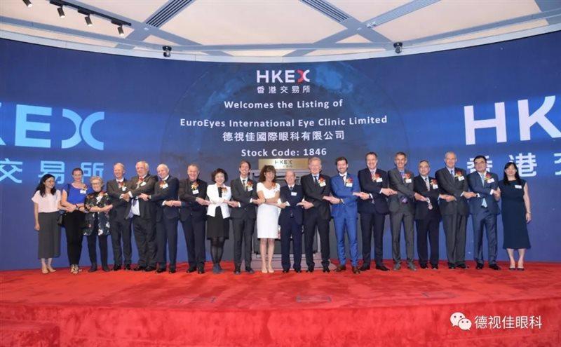 在首次公开募股中,德视佳EuroEyes发行了79,334,000股的发行股份。其中71,400,000股发行是针对专业投资者的国际私募发行,其余7,934,000股则是其在香港的公开发行。