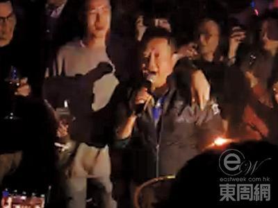 曾志伟在派对上唱歌