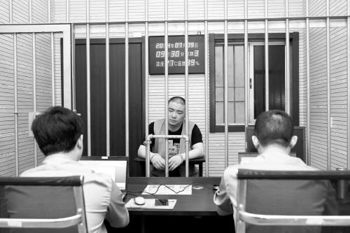 丁鑫正在接受审讯。 检察日报 图