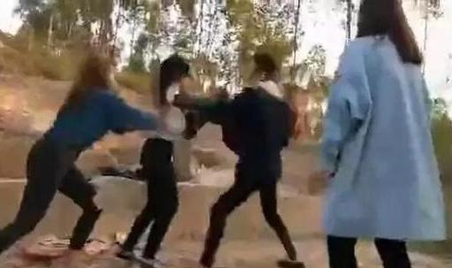 女孩遭十几人欺辱 拳打脚踢画面不忍直视(组图)