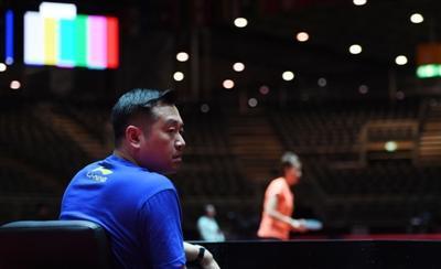 目前,孔令辉正在带队参加在德国杜塞尔多夫世乒赛。这是5月28日,孔令辉在杜塞尔多夫观看中国女队备战世乒赛的照片。新华社发