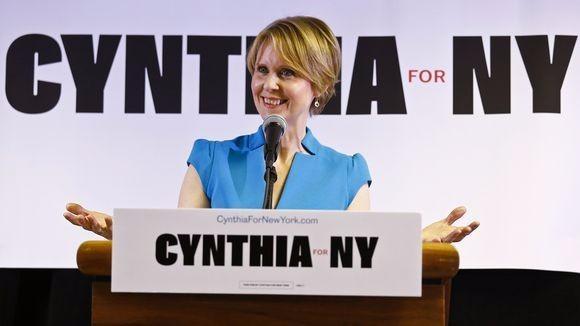 《欲望都市》女星辛西娅首次竞选集会 批纽约州长库默腐败_图1-1