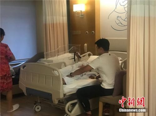 """""""亚洲飞人""""苏炳添升级当奶爸 见娃第一面紧张又兴奋_图1-3"""