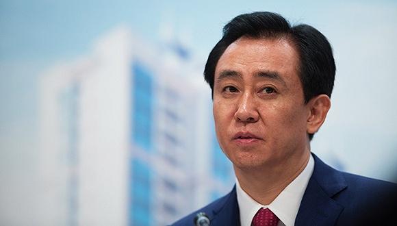 , 杨惠妍的父亲就是碧桂园的创始人。在房地产行业蓬勃发展的当今社会,作为家族代表的杨惠妍接手了父亲杨国强在碧桂园的股份。中国房地产前十的碧桂园集团去年股价上升了201%。同样持股57%的杨惠妍也是股价上升的最大受益人。仅仅一年时间,杨惠妍所拥有的净资产就达到了228亿美元(约合人民币1550亿人民币)。杨惠妍也是少有的可以和马云、马化腾相比较的女富豪。
