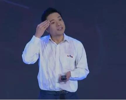 百度CEO李彦宏演讲中被泼水 用英文质问后继续演讲