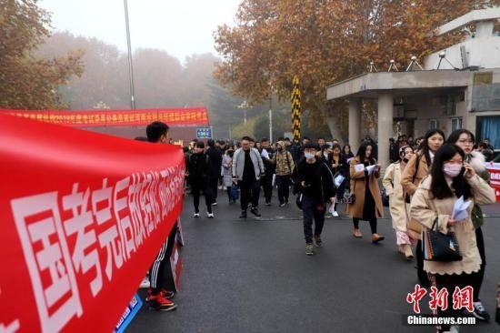 中国国考报名首日人数超8.6万 最激烈竞争比高达248:1_图1-1
