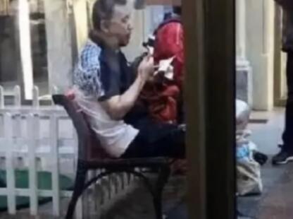 60岁央视主播张宏民独自吃雪糕照片刷屏 网友评论吵翻天_图1-10