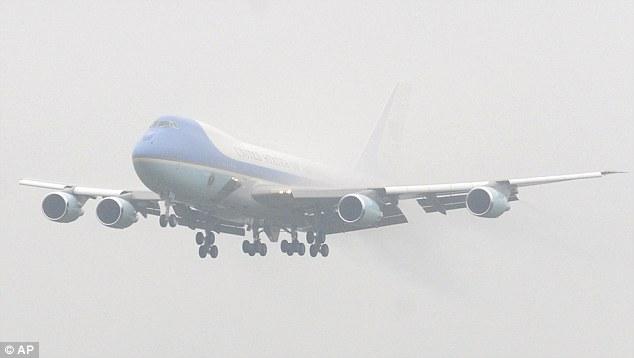 """下起小雨,""""空军一号""""飞行员临时取消第一次着陆尝试,随即驾驶飞机爬升"""