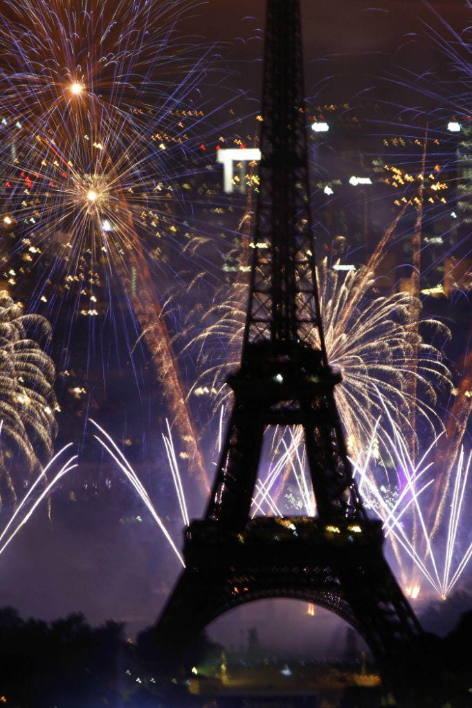 法国埃菲尔铁塔绽放绚丽焰火庆国庆(组图)