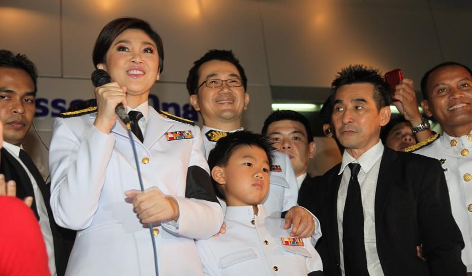 时间8月8日,泰国国王普密蓬陛下签署御令,批准英拉为泰国第28任