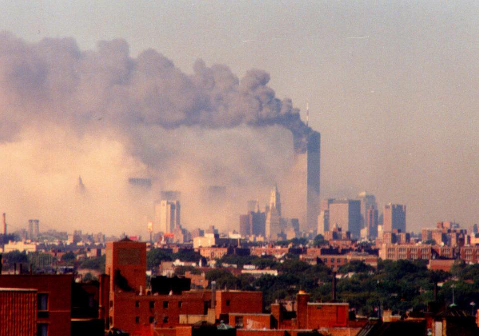 被劫持的两架民航飞机先后撞入世贸双塔大楼发生爆炸,2号楼在烟雾笼罩