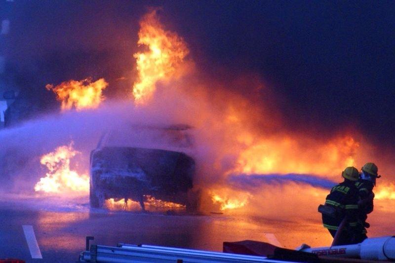 宝马迎亲车队发生追尾起火事故