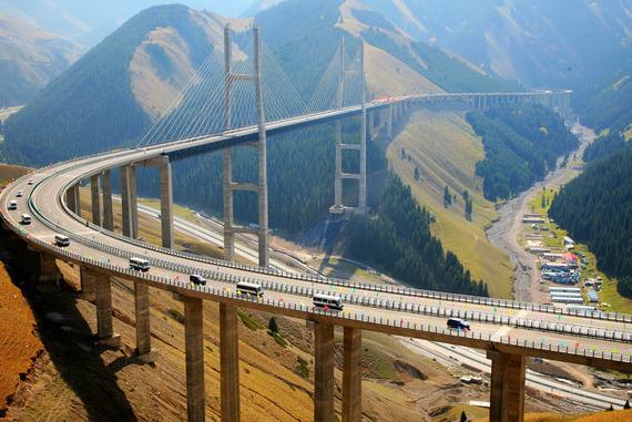 新疆第一条山区高速公路通车(组图)