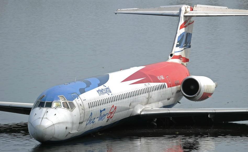 飞机浸泡水中(组图)