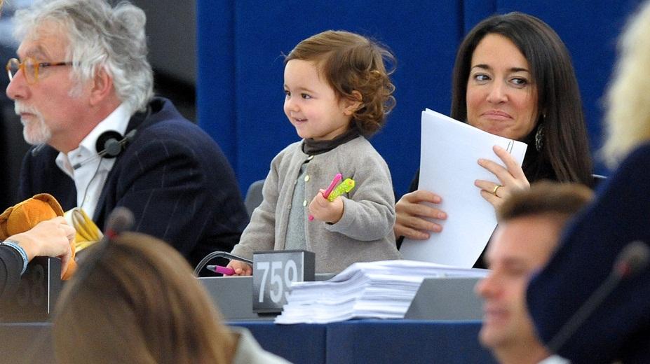 欧洲议会女议员带宝宝开会