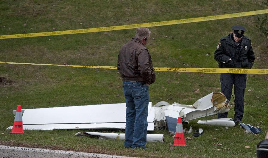 美国一架小型飞机坠毁5人死亡