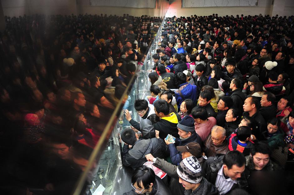 中国春运火车票开售火爆