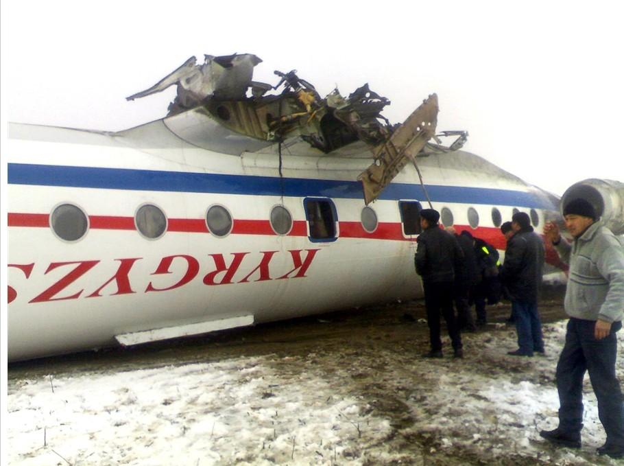一架飞机降落时滑出跑道
