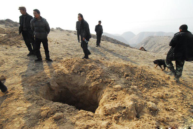 兰州200多人疯狂盗墓 400村民围山抓贼