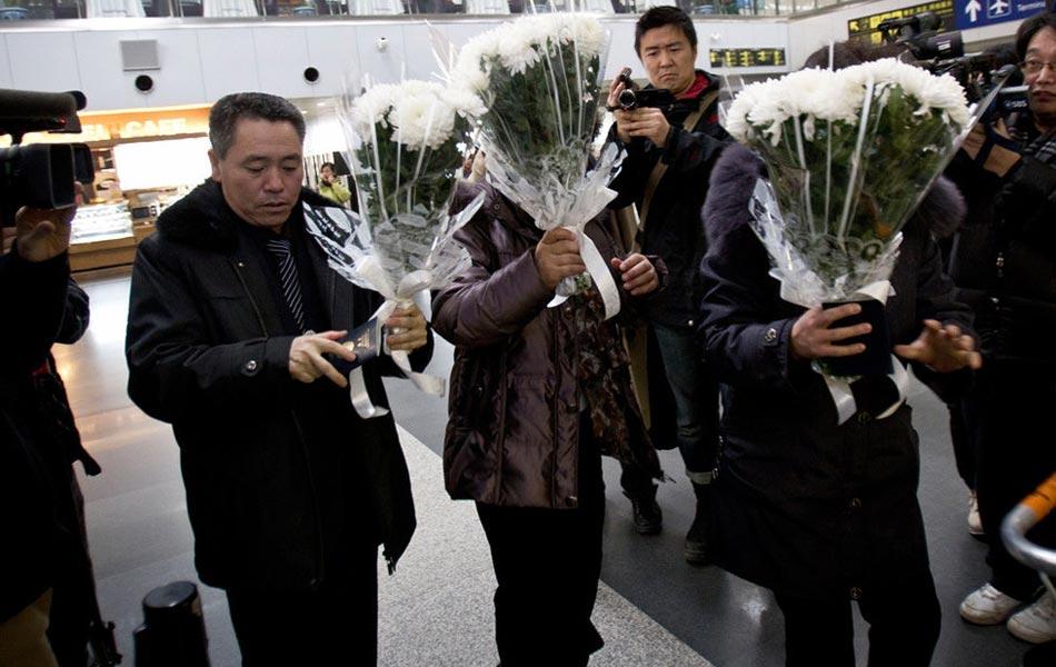 朝鲜人从中国带鲜花回国悼念金正日
