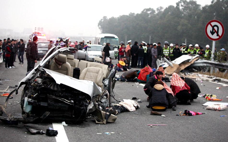 福建发生特大车祸 一家六口五人亡