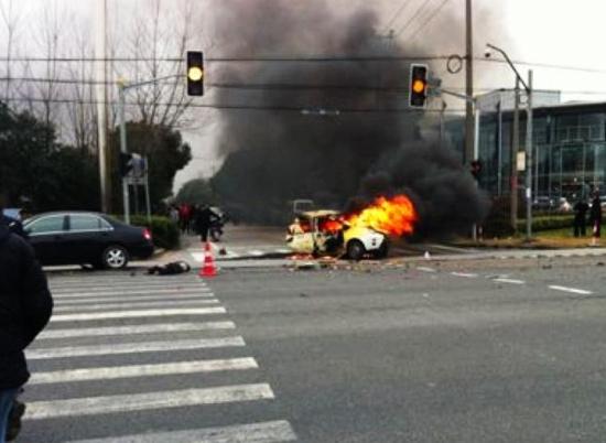 上海南六公路车祸现场惨烈 疯狂比亚迪连夺三命高清图片