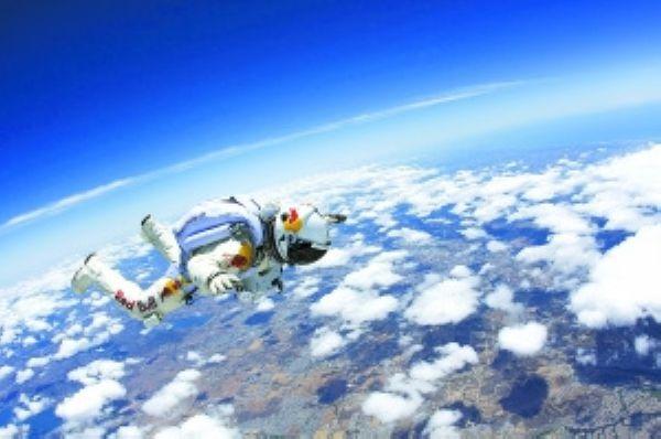 奥地利高空跳伞运动员费利克斯鲍姆加特纳15日从新墨西哥州2.18万米高空纵身跳下,成功完成高空跳伞。   这项挑战计划的发言人特里什梅达伦说,鲍姆加特纳当天乘坐氦气球升至2.18万米高空,随后纵身从气球吊篮中跃下,平安着陆。   鲍姆加特纳下落的最高时速达到586.4公里,自由坠落大约3分43秒后,打开降落伞,整个下降过程持续8分8秒。   鲍姆加特纳说:高空中的景色非常神奇,比我想象的还美。   从2万米跳伞说起来容易,做起来危险重重。   普通客机的飞行高度约为9000米,曾经辉煌一时的