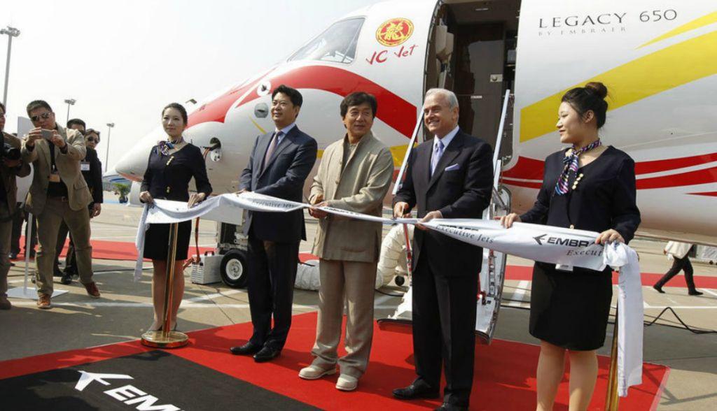 成龙携2亿元私人飞机亮相上海(组图)