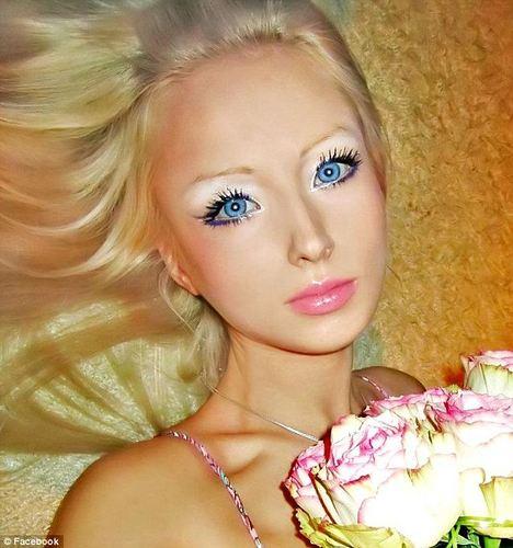 俄女孩整容成 真人芭比 爆红网络(组图)