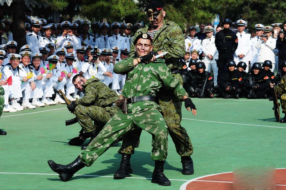 中俄海军特种兵表演 共庆中国海军63周年(组图)