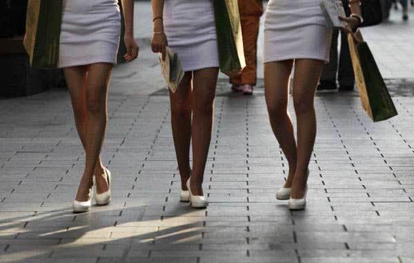 北京一夜入夏 满街背心短裙火热难挡