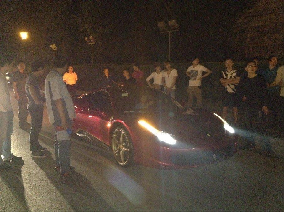 南京/北京时间5月6日晚十点左右,南京中华门城堡,一俩法拉利跑车被...