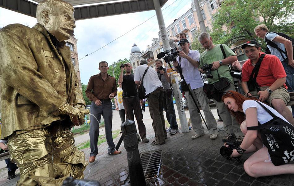 乌克兰现斯大林撒尿雕像