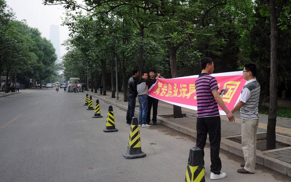 菲律宾驻华使馆外出现零星抗议
