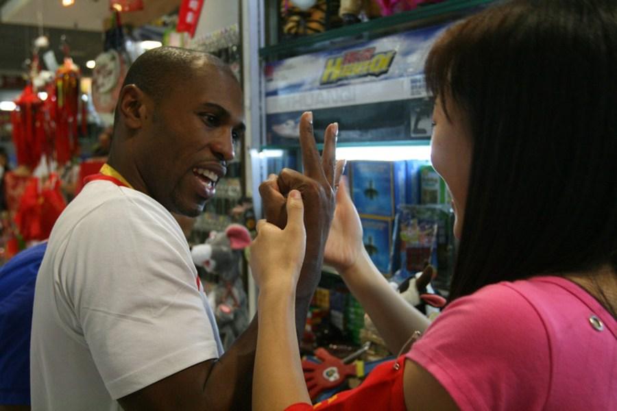 北京/2008年8月13日,北京,外国人逛秀水街。