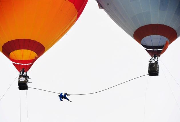 中100米高的热气球之间走