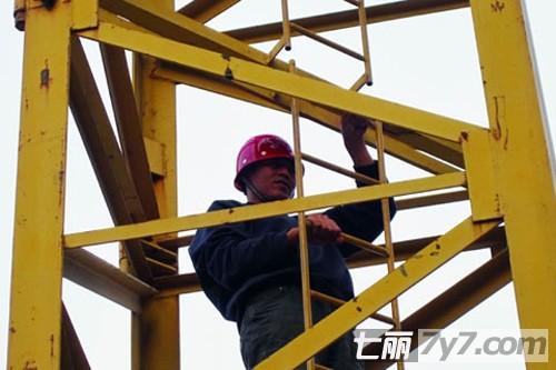 工作的塔吊司机
