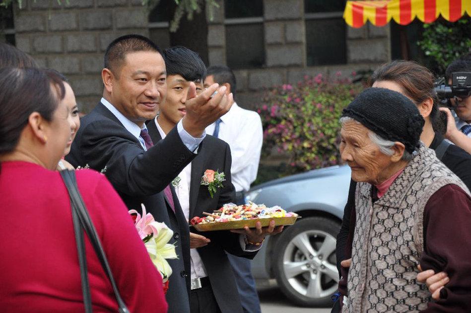云南一方丈还俗 与26岁女老板结婚