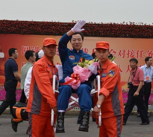 神九航天员返回北京 将被医学隔离14天