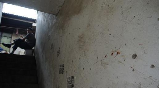 图为华翔路附近的凶案现场楼梯墙壁上留有斑斑血迹。   随后,东方网记者在位于联友路卫星村毕家塔的另一案发现场看到,路边一饮食店前拉起了警戒线。不少村民对昨晚发生的凶案议论纷纷。据了解,昨晚11时许,嫌犯袁某回到其暂住地,将一女子杀害。   据一名自称是房东的老妇人介绍,嫌犯袁某和妻子租住在案发小楼的2层已经有1年半。昨晚,袁某在家中将其妻子杀害,随后又杀害了其他几名亲属。据房东和多名邻居称,嫌犯袁某是江苏盐城人,留着小平头,平时沉默寡言,但为人和蔼,开卡车为生。   东方网记者在饮食店路边看到停着一辆苏