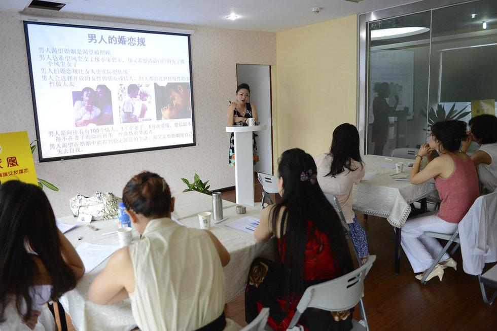 成都12名女子花万元参加 嫁千万富翁培训班