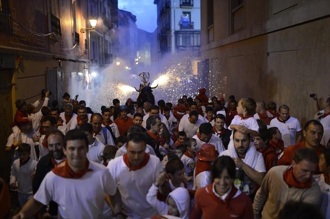 在西班牙奔牛节上纵情狂欢