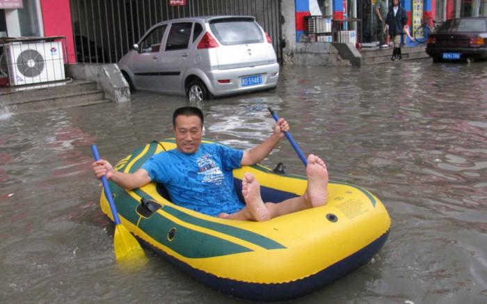 天津大雨:市民 雨中取乐 (组图)