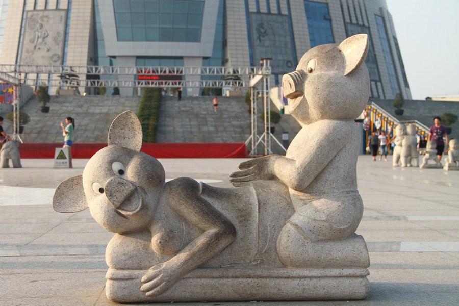 郑州广场雕像被指 耍流氓 (组图)