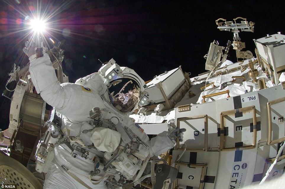 经典一刻:宇航员触摸太阳(组图)